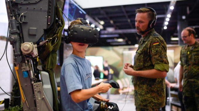 Un jeune allemand s'essayant à un simulateur de vol en réalité virtuelle lors de la Gamescon à Cologne, en Allemagne