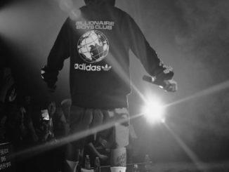 Un jeune rappeur sur scène.