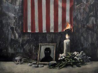 L'oeuvre de Banksy représentant une silhouette noire entourée d'une bougie qui commence à incendier le drapeau des États-Unis.