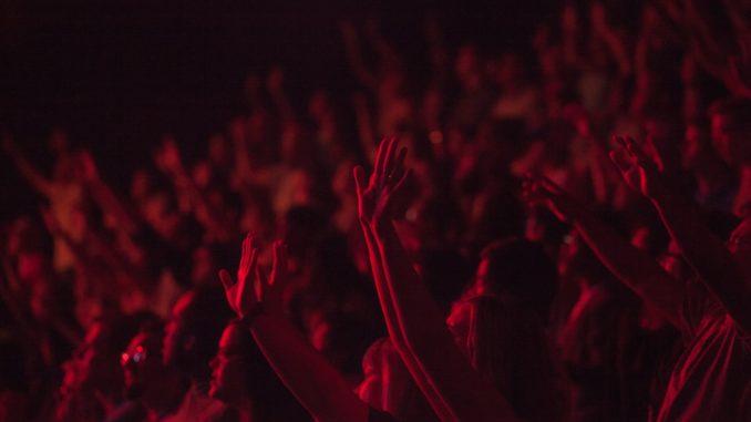 Une foule surexcitée lors d'un concert.