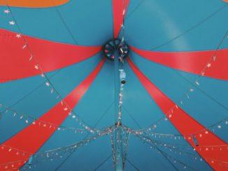 Le sommet d'un chapiteau de cirque (Photo: Unsplash)..